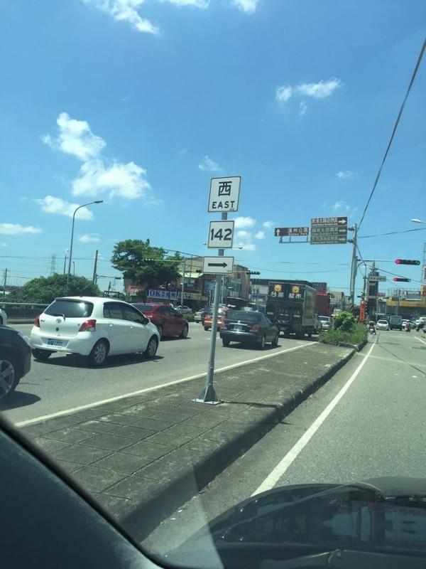 有民眾今(13)日經由國道1號前往彰化時,看見了一個特殊告示牌,並將其拍照PO網,讓民眾直呼「眼睛業障重」。(圖擷取自爆料公社)