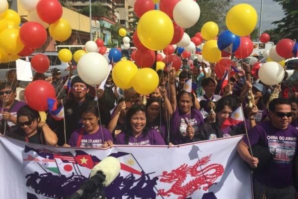 昨天荷蘭海牙仲裁法院判決,結果認定菲律賓大獲全勝,菲律賓全國民眾紛紛上街大肆慶祝。 (圖截自ABC)