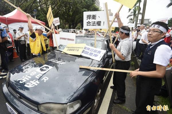上百輛計程車司機11日到立法院抗議非法的競爭對手Uber。(資料照,記者陳志曲攝)