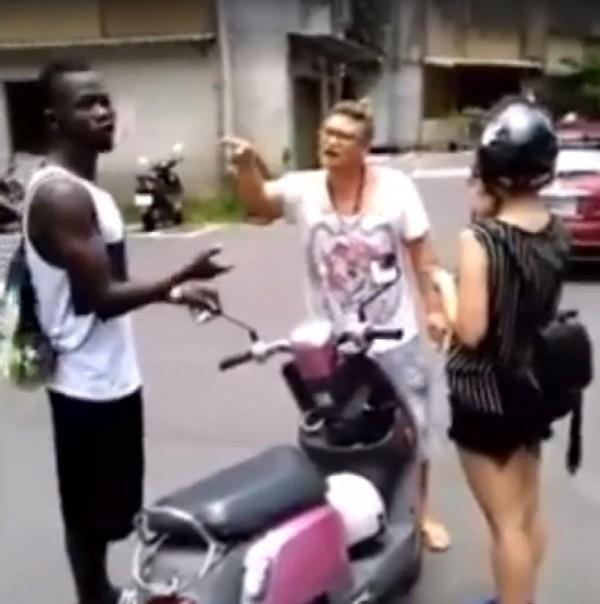 外籍男子疑似向女方動粗,路過一名台灣男子見義勇為,大聲喝斥外籍男子離開。(圖擷自爆料公社)