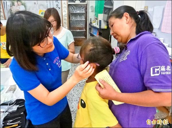 夜光天使課輔班孩子最近收到新眼鏡,很開心上課時能夠看清楚黑板字跡。(記者陳燦坤攝)