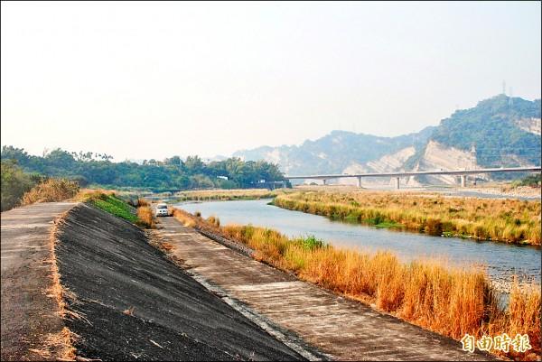 靠近草屯鎮土城里的溪段,未來是鳥嘴潭人工湖的取水口,目前該案進度延遲,還在進行土地徵收的前置作業「辦理土地分割」。(記者陳鳳麗攝)