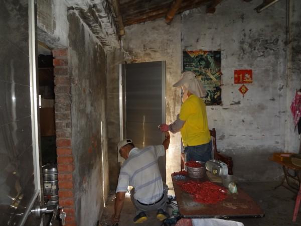 安定行善團團員們發揮力量,為住戶進行房屋修繕。(記者林孟婷翻攝)