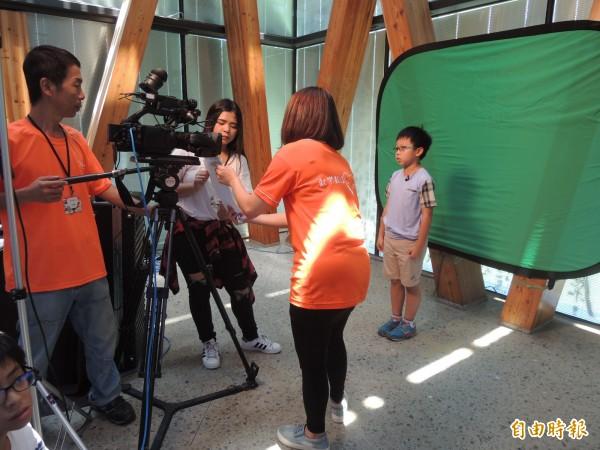 新竹縣100名嚮往記者生涯的的小學生參加暑期夏令營,今天在新瓦屋化身小主播,首度面對鏡頭播報菸毒相關新聞,一圓自己的記者、主播夢。(記者廖雪茹攝)