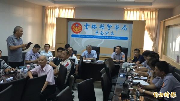 為降低交通事故斗南分局邀集公所、各里長一起想辦法。(記者黃淑莉攝)