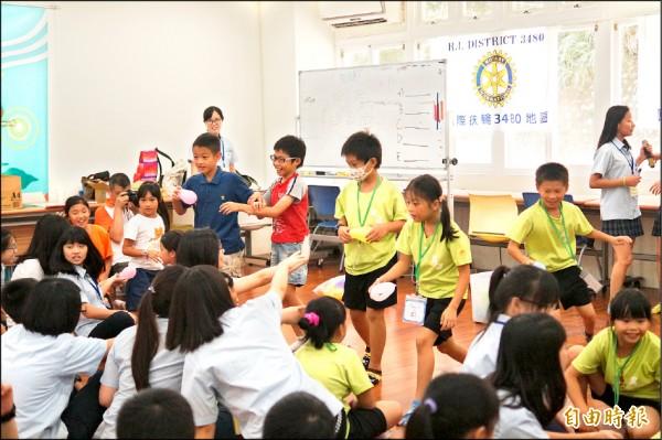 萬芳高中大學伴們,與興福國小小學伴昨相見歡,一起玩英語互動遊戲。 (記者葉冠妤攝)