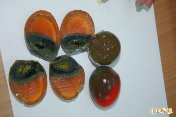 皮蛋的蛋黃是呈現黏黏粉粉的狀態,經常嚇到外國人。(資料照,記者吳世聰攝)