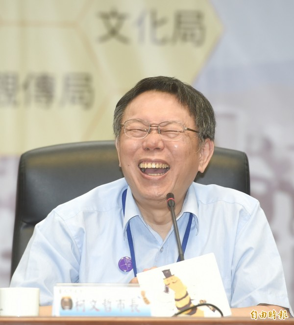 台北市長柯文哲主持由國高中生代表首長的「小小市政會議」,他說鼓勵大家買票進場看世大運比賽,事後舉辦抽獎比賽,首獎房屋一棟。(記者方賓照攝)