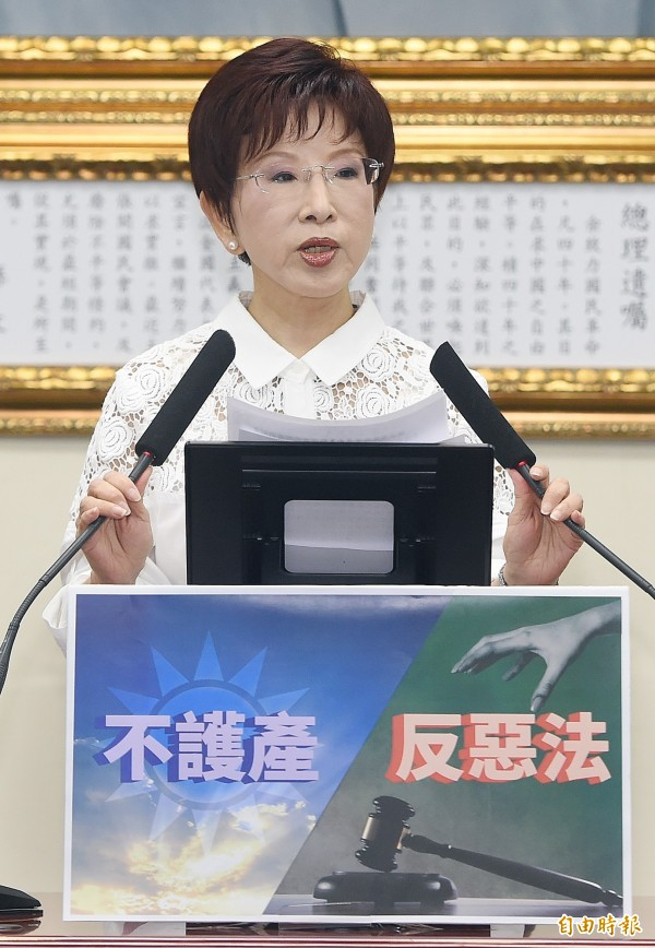 國民黨主席洪秀柱今召開記者會表示,扣除必要支出外,其餘將捐作公益,卻被楊偉中提出六點質疑。(記者廖振輝攝)