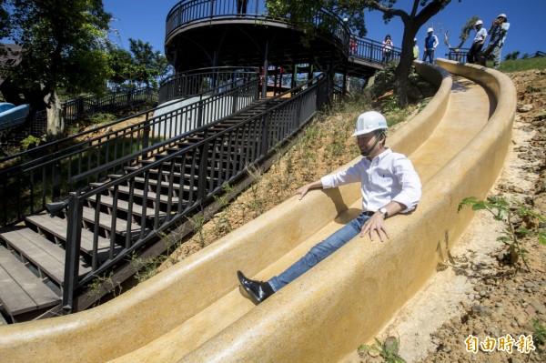 來溜滑梯了!新竹市青青草原北台灣最長,54公尺磨石子溜滑梯29日啟用,邀請親子來感受不樣嶄新的青青草原探索樂園。(記者洪美秀攝)