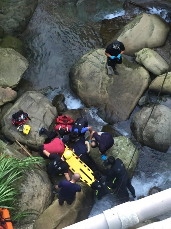 新北市台北榮家今天連傳一名人瑞在內,2名長輩輕生死亡;圖為消防員救治墜河的黃姓人瑞。(記者吳仁捷翻攝)
