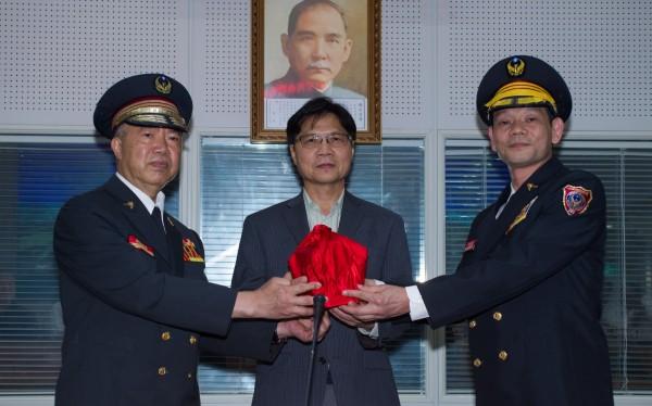 左起卸任消防署長葉吉堂、內政部長葉俊榮、新任消防署長陳文龍。(記者姜翔翻攝)