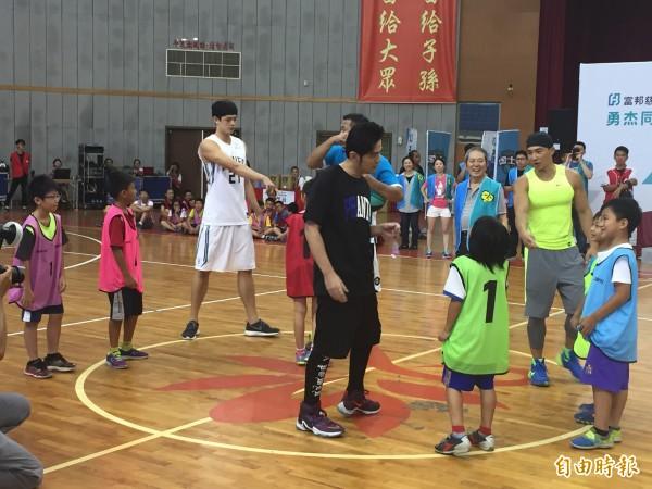 周杰倫與好友劉畊宏下場與小朋友打五打五友誼賽。(記者林敬倫攝)