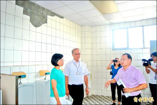 立委蘇巧慧(左起)、教育部次長林騰蛟視察樹林高中廁所磁磚剝落情形。(記者張安蕎攝)