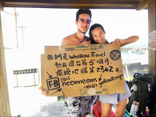 莊晏瑋與男友上月在蘭嶼旅行,用紙板寫下紀錄。(記者蔡淑媛翻攝)