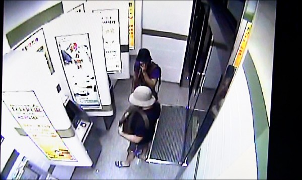 一銀木柵分行監視器拍下的兩嫌,也是戴帽掩人耳目。(記者王冠仁翻攝)