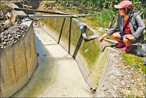 廢爐碴回填的農地流出大量白色不明液體。(記者黃佳琳攝)