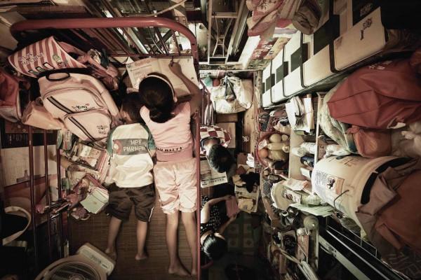鞋盒似的房子是許多香港人的家,但卻透露出許多社會問題。(圖擷取自CNN)