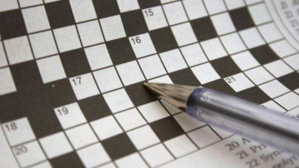 老婦人在價值八萬歐元的現代藝術作品上,玩起了填字遊戲。(圖擷取自BBC)