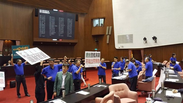 國民黨為拖延《不當黨產條例》用盡各種手段杯葛。(圖擷自黃國昌臉書)