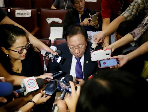 卡里達(中)今日表示,「我們不會退讓,仲裁結果是與中國談判的底線」,並形容仲裁結果為「至高無上的榮耀」。(美聯社)