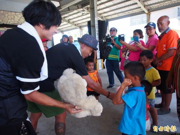 藝人小馬、哈克小宇一起到延平鄉鸞山村發放物資,與部落居民直接面對面。(記者王秀亭攝)