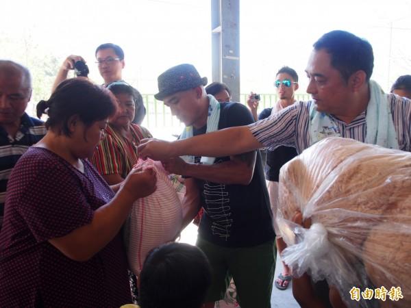 部落居民開心領取白米等物資,直說「烏尼囊」表示感謝。(記者王秀亭攝)