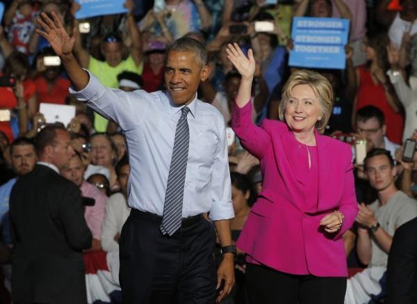 美國總統歐巴馬(左)將在7月底的民主黨全代會上發表演說。圖為歐巴馬5日在北卡羅萊納州為民主黨準總統候選人希拉蕊˙柯林頓(右)站台。(路透)