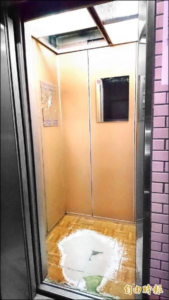 王姓男子昨離開8樓家門踏入電梯後,電梯疑似從8樓墜落至1樓。(記者王冠仁攝)