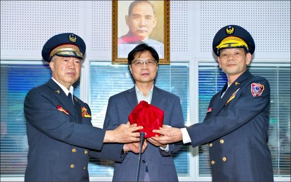左起,卸任消防署長葉吉堂、內政部長葉俊榮、新任消防署長陳文龍。(記者姜翔翻攝)