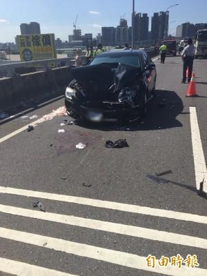 肇事小轎車頭嚴重毀損。(記者黃捷翻攝)