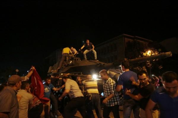 土耳其民眾爬上坦克。(美聯社)