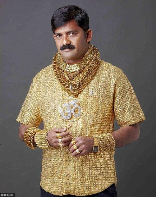 印度土豪普蓋因打造「黃金聖衣」炫富而聞名。(圖擷自DailyMail)