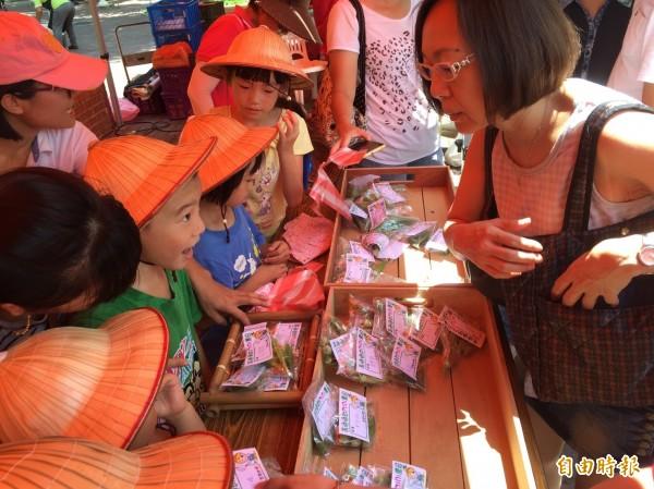 小農夫「微風市集」販售秋葵,吸引婆婆媽媽到場購買。(記者陳文嬋攝)