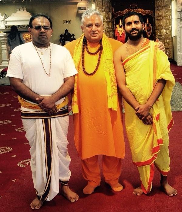北美印度教領袖劫(中),認為「提毗」這位崇高的女神應該是在神廟中受人景仰,而不是在遊戲中被玩家操控。(圖擷自twitter)