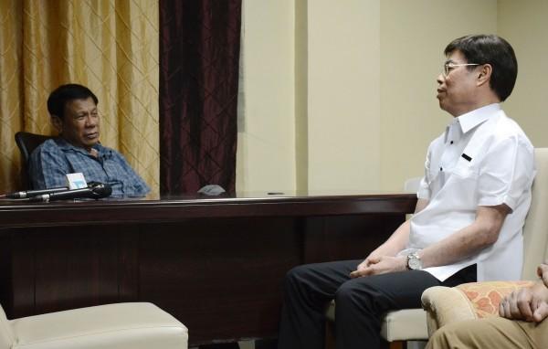 杜特蒂(左)親自偵訊其中一名毒梟林彼得(音譯,Peter Lim)。(法新社)