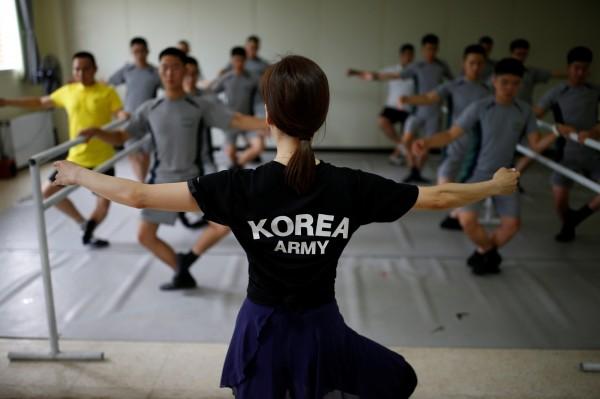 南韓軍方為了緩和非軍事區士兵的緊張情緒,特別請來頂尖芭蕾舞師資教導士兵如何跳舞,透過練舞的過程化解平時執勤壓力。(路透)