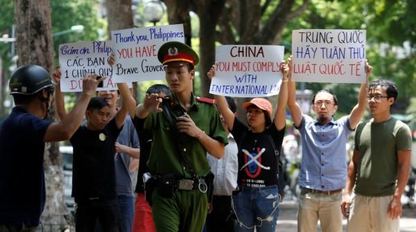 今日數十位越南民眾集結河內市中心抗議中國不服南海仲裁結果,遭到當局快速壓制,多人被拘留。(路透)