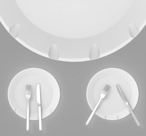 彰化大葉大學畢業生利用凹弧巧思讓餐具不再滑入餐盤內,勇奪德國紅點設計獎。(中央社)