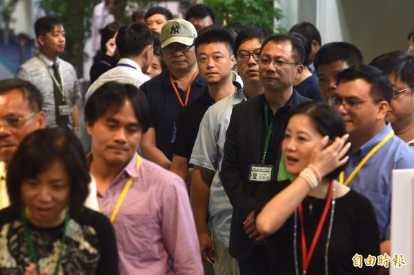 民進黨舉行全國黨員代表大會,改選黨內最高決策 核心中常會,出席會議的黨代表排隊投票。(記者羅沛德攝)