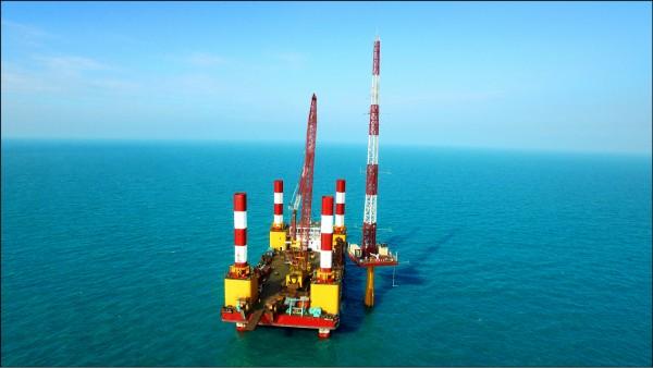 海氣象觀測塔於4月成功回傳資訊,台電研擬下一期計畫,將投入千億打造海上變電站。(台電提供)