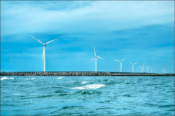 為落實政府綠能政策,即配合海底電纜完成時間,台電將原訂澎湖離岸風機計畫,提前近三年啟動。(台電提供)