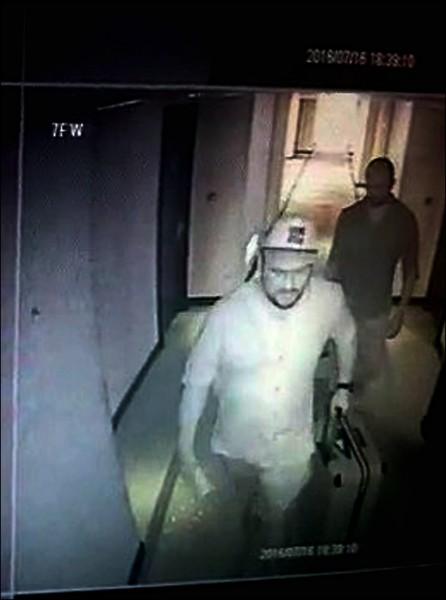嫌犯將行李帶入維多麗亞酒店畫面。 (記者劉慶侯翻攝)
