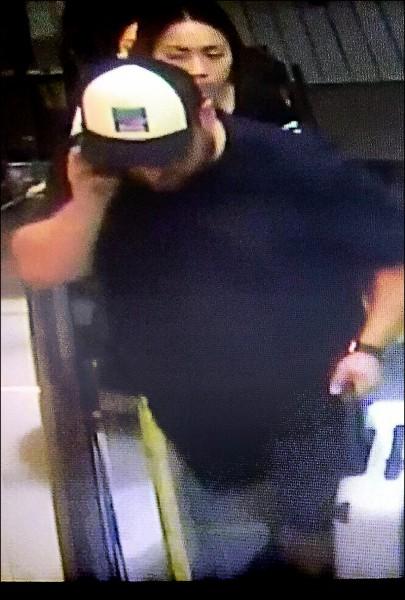 米海爾在台北車站領行李,特殊帽徽被警方鎖定。 (記者劉慶侯翻攝)