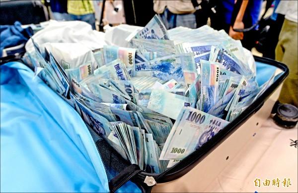 警方偵辦一銀盜領案,昨追回六千多萬贓款。(記者林正堃攝)