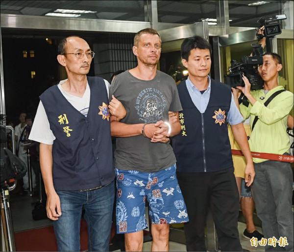 一銀盜領案主嫌安卓斯昨於宜蘭東澳落網,隨後被押回台北市警局專案小組偵辦。(記者黃耀徵攝)