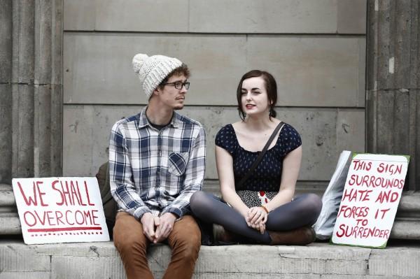 高物價、高房租的環境,除了讓英國年輕人的生活水平下降,也使他們更難存錢買房。(法新社)