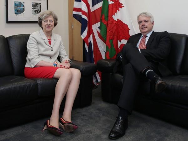 梅伊(左)今(18)日與威爾斯第一大臣瓊斯(右)會面,討論威爾斯未來與歐盟的關係。(法新社)