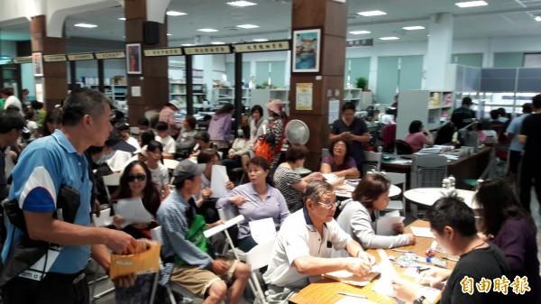 台東市公所被民眾擠爆,都是為申請房屋災損。但還有很多民眾不知道有此補助。(記者黃明堂攝)