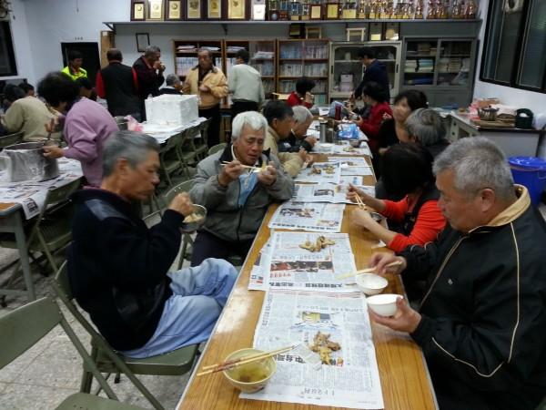 隨著社區廚房的落成啟用,新竹縣關西鎮石光社區發展協會希望未來中午供餐,可以變成平日每天都有,且有更多長輩可以一起享用。(圖由沈朋源提供)(記者黃美珠攝)